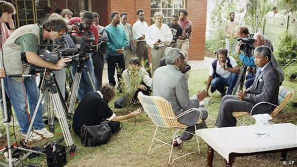 Journalists interview Nelson Mandela