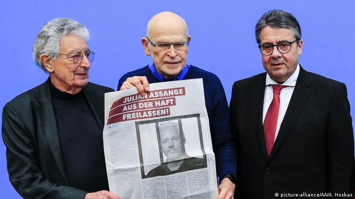 German investigative journalist Günter Wallraff (C), former German Foreign Minister Sigmar Gabriel (R) and former German Interior Minister Gerhart Baum (L) hold a newspaper during a press conference