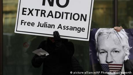 England London Demonstration Unterstützer Julian Assange (picture-alliance/AP Photo/K. Wigglesworth)