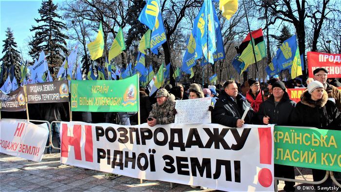 На акції протесту проти земельної реформи під Радою було чимало партійних прапорів
