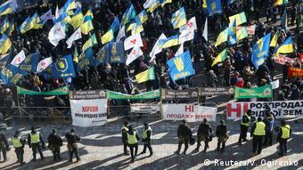 Протестующие против земельной реформы в Украине на одной из улиц Киева