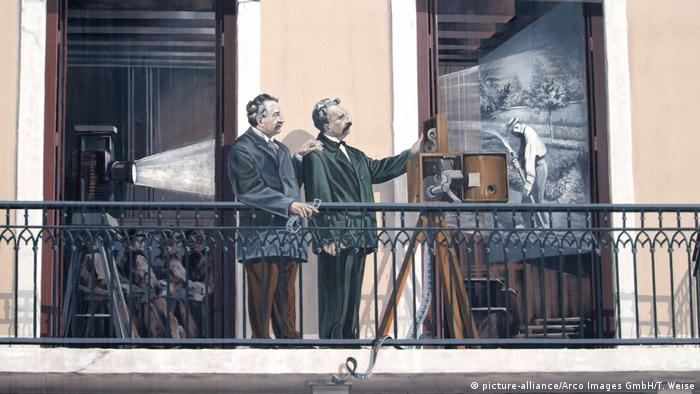 A painting of the Lumiere Brothers with a moving-picture projector (picture-alliance/Arco Images GmbH/T. Weise)