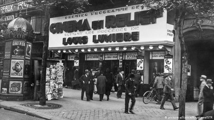 A 1935 photo of people outsie the Paris theater Cinéma en Relief