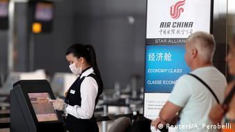 Foto simbólica de personal en aeropuerto con mascarillas.