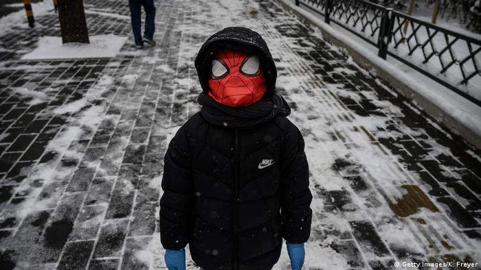 BdTD China Peking Junge mit Spiderman-Maske (Getty Images/K. Freyer)