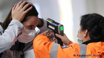 Измерение температуры в аэропорту Гонконга