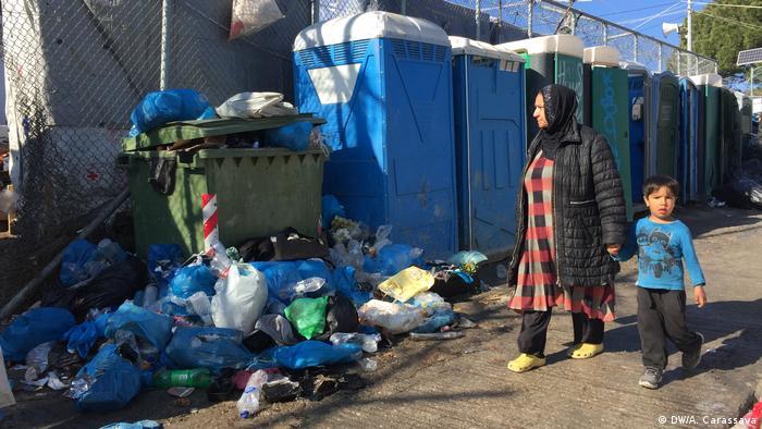 Flüchtlinge im Camp Moria auf Lesbos (DW/A. Carassava)