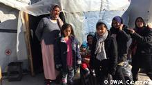 Flüchtlingsfamilie vor ihrer Unterkunft im Camp Moria auf Lesbos