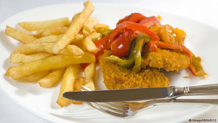 BG Politisch inkorrektes Essen l Schnitzel mit Zigeunersauce - Zigeunerschnitzel (Imago/INSADCO)