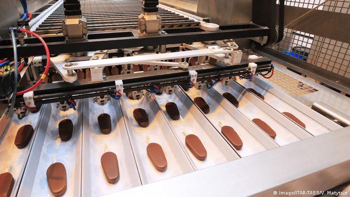 BG Politisch inkorrektes Essen l Eskimo Pie Produktion in Koreno, Russland (Imago/ITAR-TASS/V. Matytsin)