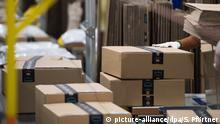 Amazon-Pakete rollen über ein Fließband
