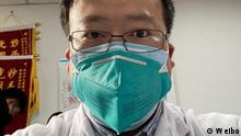 Li Wenliang gilt als der erste Arzt in China, der Ende Dezember 2019 öffentlich vor dem gefährlichen Coronavirus in China warnte. Die Polizei in Wuhan hatte ihm am 03. Januar 2020 zu einem Verhör vorgeladen. Li bekannte sich wegen Verbreitung von Unwahrheiten in sozialen Netzwerken schuldig. Am 07. Februar 2020 verstarb Li infolge der Coronainfektion.