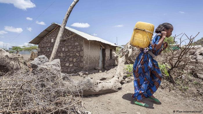 Frau beim Wasserholen in Äthiopien