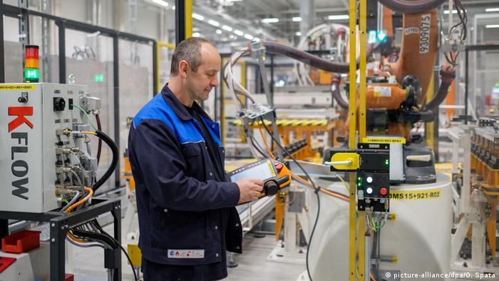 Рабочий на заводе Volkswagen