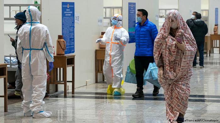 China Wuhan provisorisches Krankenhaus für Coronavirus-Patienten (picture-alliance/AP/Chinatopix)