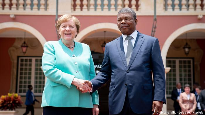 German Chancellor Angela Merkel shaking hands with Angola President Joao Lourenco (picture alliance/dpa/K. Nietfeld)