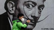 China Mann mit Gesichtsmaske vor Dali-Graffitti in Shanghai