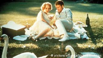 Mia Farrow und Robert Redford beim Picknick vor Schwänen in Der große Gatsby
