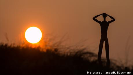 Бронзовый Вперед смотрящий - скульптура Ханнеса Хельмке (Hannes Helmke) 2007 года, ставшая символом острова Шпикерог. Название скульптуры на фризском диалекте - De Utkieker