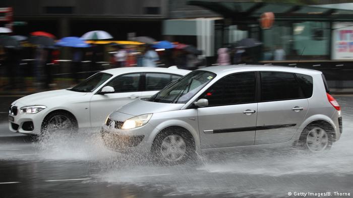 Foto simbólica de carros en calle inundada.