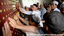 (150525) -- XI'AN, May 25, 2015 () -- Representatives of Dungan people, an ethnic minority of Chinese origin living in Central Asian countries, stroke an ancient city gate as a tradition in Xi'an, capital of northwest China's Shaanxi Province, May 25, 2015. Some ten representatives of Dungan people from Kazakhstan had their homecoming to Shaanxi Monday. The Dungan people, numbering over 100,000, are descendants of Muslim families previously living in China's Gansu and Shaanxi provinces who fled their homes approximately 120 years ago after aborted uprisings against the government of the Qing Dynasty (1644-1911). (/Liu Xiao) (yxb) |