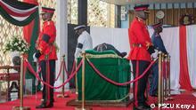 Kenia Präsident Uhuru Kenyatta führt zur Besichtigung der Leiche des ehem. Präsidenten Daniel Toroitich