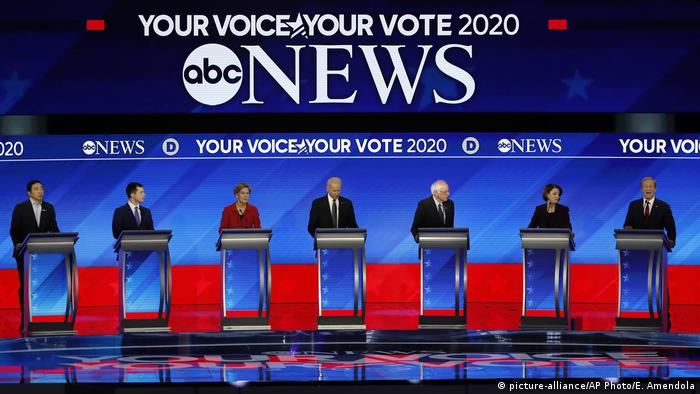 Seven candidates on stage during a Democratic Party debate (picture-alliance/AP Photo/E. Amendola)