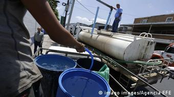 Foto de personal de ANDA distribuyendo agua