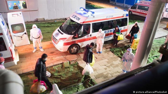 Медики и пациенты перед приемным отделением больницы в Ухани