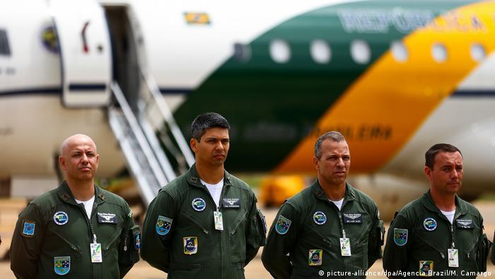 Militares em frente a um avião da FAB antes de partirem para a China na última quarta-feira