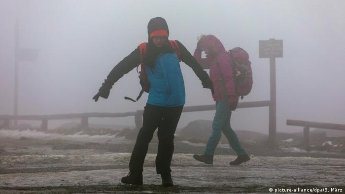 به گفته اداره هواشناسی، خطرناکترین مکان، ارتفاعات بروکن است که در بلندترین منطقه هارتس در رشته کوه مرکزی آلمان واقع شده. اداره پارک ملی بروکن از بازدیدکنندگان منطقه خواست، از ورود به جنگلها و قله کوه که در ارتفاع ۱۱۴۱ متری قرار دارد خودداری کنند. از قرار معلوم، افرادی که در عکس دیده میشوند، به این هشدار اهمیت ندادهاند.