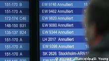 09.02.2020, Nordrhein-Westfalen, Düsseldorf: Ein Fluggast betrachtet im Düsseldorfer Flughafen eine Anzeigetafel, die teilweise annulierte Flüge anzeigt. Wegen des aufziehenden Sturmtiefs «Sabine» wurden deutschlandweit zahlreiche Flüge gestrichen. Foto: David Young/dpa +++ dpa-Bildfunk +++