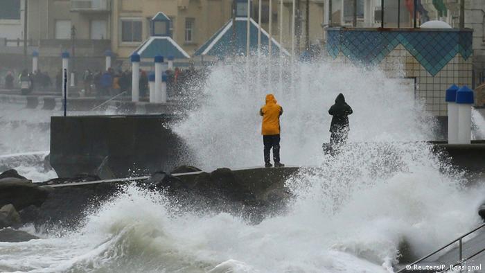عاصفة قوية، مصحوبة برياح وأمطار غزيرة وفيضانات في عدد من دول غرب أوروبا