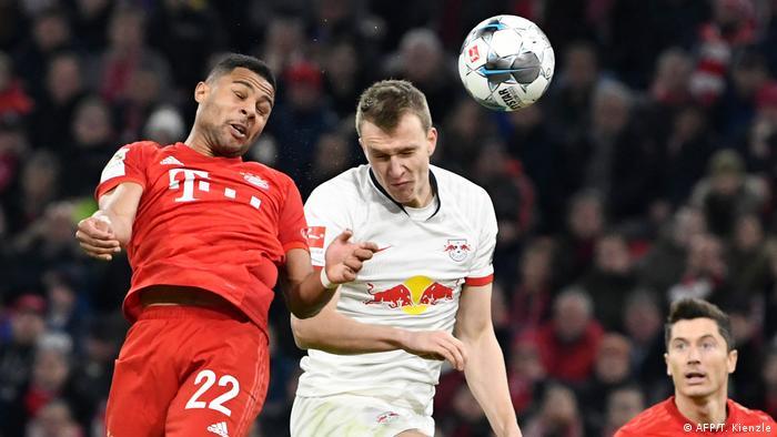 Bayern Munich's Serge Gnabry and RB Leipzig's Lukas Klostermann | (AFP/T. Kienzle)