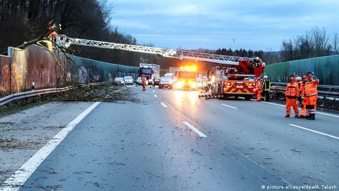 Deutschland: Auswirkungen des Sturmtiefs Sabine - Hagen (picture-alliance/dpa/A. Talash)