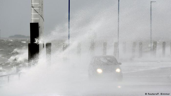 اداره هواشناسی آلمان (DWD) شامگاه یکشنبه۲۰ بهمن (نهم فوریه) در غرب و شمال غربی این کشور بادهای شدیدی با سرعت ۱۱۵ کیلومتر در ساعت ثبت کرده بود. در طول شب، طوفان زابینه شدت بیشتری یافت. هواشناسی نسبت به افزایش خطر طوفان شدید در سواحل دریای شمال در بعدازظهر دوشنبه هشدار داد (عکس: ساحل داگهبول).