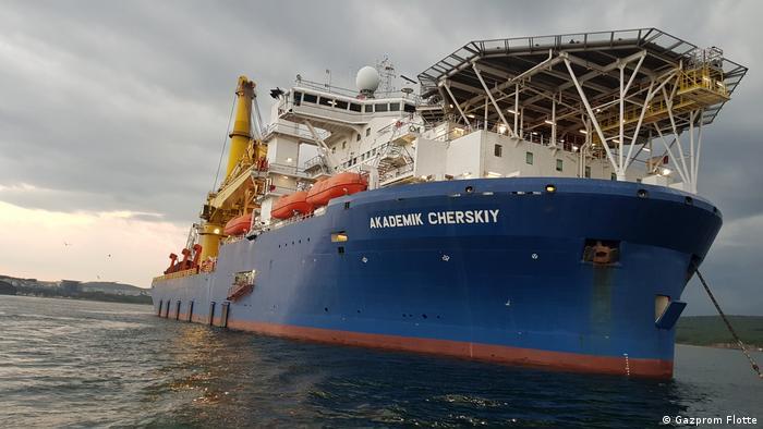 Російське судно Академік Черський для прокладки труб морським дном