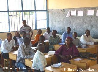 Lehrer auf Schulbänken (Foto: Simone Schlindwein)