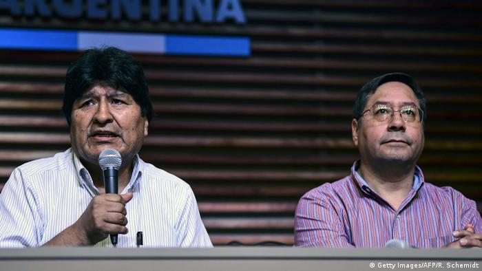 O ex-ministro Luis Arce (dir.) e seu padrinho político, Evo Morales