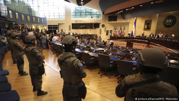 Armed Special Forces soldiers of the Salvadoran Army, following orders of President Nayib Bukele, enter congress upon the arrival of lawmakers, in San Salvador, El Salvador, Sunday, Feb. 9, 2020. (picture-alliance/AP/S. Melendez)