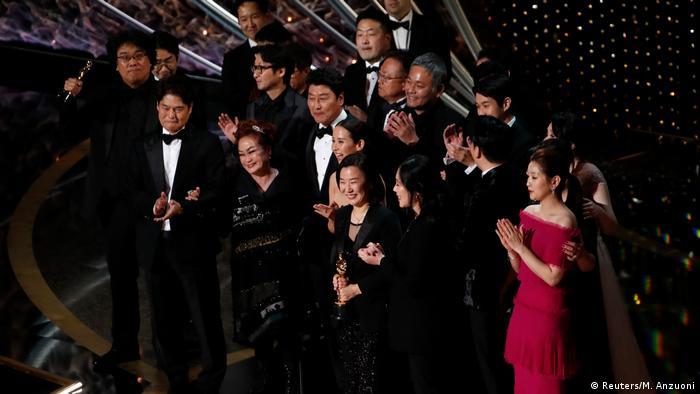 Regisseur Bong Joon-ho und sein Team strahlen und klatschen bei der Oscar-Verleihung
