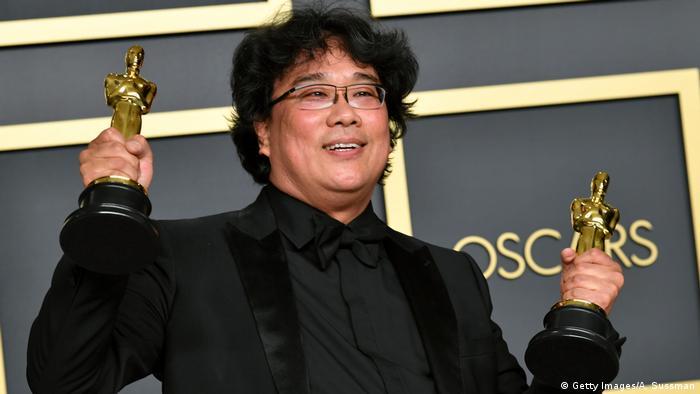 Oscarpreisträger Bong Joon Ho mit zwei Oscar Figuren