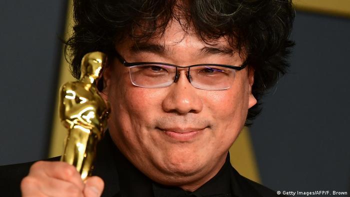 Diretor Bong Joon-ho segurando um Oscar