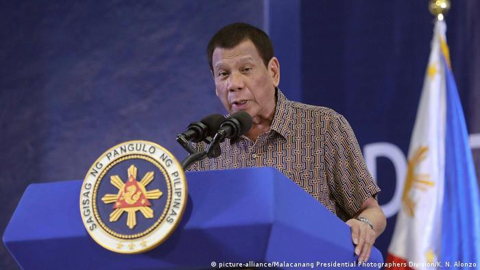 Duterte fala em púlpito, com camisa de manga curta estampada.