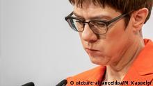 07.02.2020, Berlin: Annegret Kramp-Karrenbauer (CDU), Bundesministerin der Verteidigung und CDU-Bundesvorsitzende, steht bei einer Pressekonferenz nach der Sitzung des CDU Präsidiums im Konrad-Adenauer-Haus. Überraschend war der FDP-Politiker Kemmerich zum Ministerpräsidenten in Thüringen gewählt worden, das CDU Präsidium berät nun wie es weiter gehen soll. Foto: Michael Kappeler/dpa | Verwendung weltweit