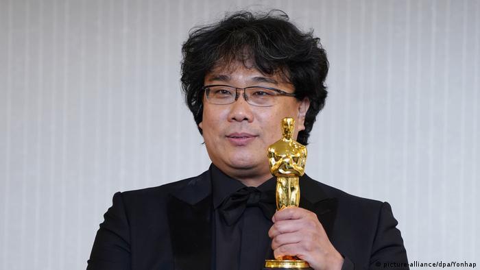 O cineasta sul-coreano Bong Joon-ho mostra estatueta de melhor filme para 'Parasita' em coletiva de imprensa