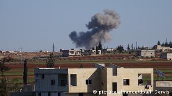 Καπνός από βομβαρδισμούς στην περιφέρεια του Ιντλίμπ