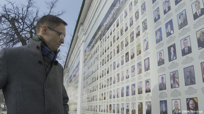 Дмитро Різниченко перед Стіною пам'яті загиблих за Україну в Києві
