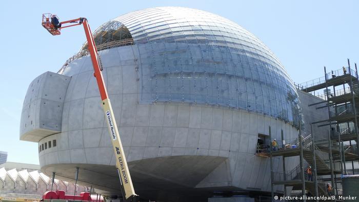 نمایی از ساختمان موزه آکادمی اسکار که در دست احداث است