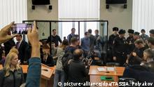 10.02.2020, Russland, Penza: PENZA, RUSSIA - FEBRUARY 10, 2020: Network case suspects (back), who have been on trial in connection with an FSB investigation into the activities of an alleged terrorist community known as Set' [Network] since 2018, are seen during a Volga Military District Court sentencing hearing; the court sentenced Dmitry Pchelintsev to 18 years, Ilya Shakursky to 16 years, Andrei Chernov to 14 years, Maxim Ivankin to 13 years, Mikhail Kulkov to 10 years, Vasily Kuskov to 9 years, and Arman Sangybayev to 6 years in prison colony on various charges, including creating or participating in a terrorist community, attempted sale of illegal drugs, and illegal acquisition of ammunition and explosives; according to the investigators the convicted men plotted attacks on law-enforcement officers and officials to provoke a coup. Alexander Polyakov/TASS Foto: Alexander Polyakov/TASS/dpa |
